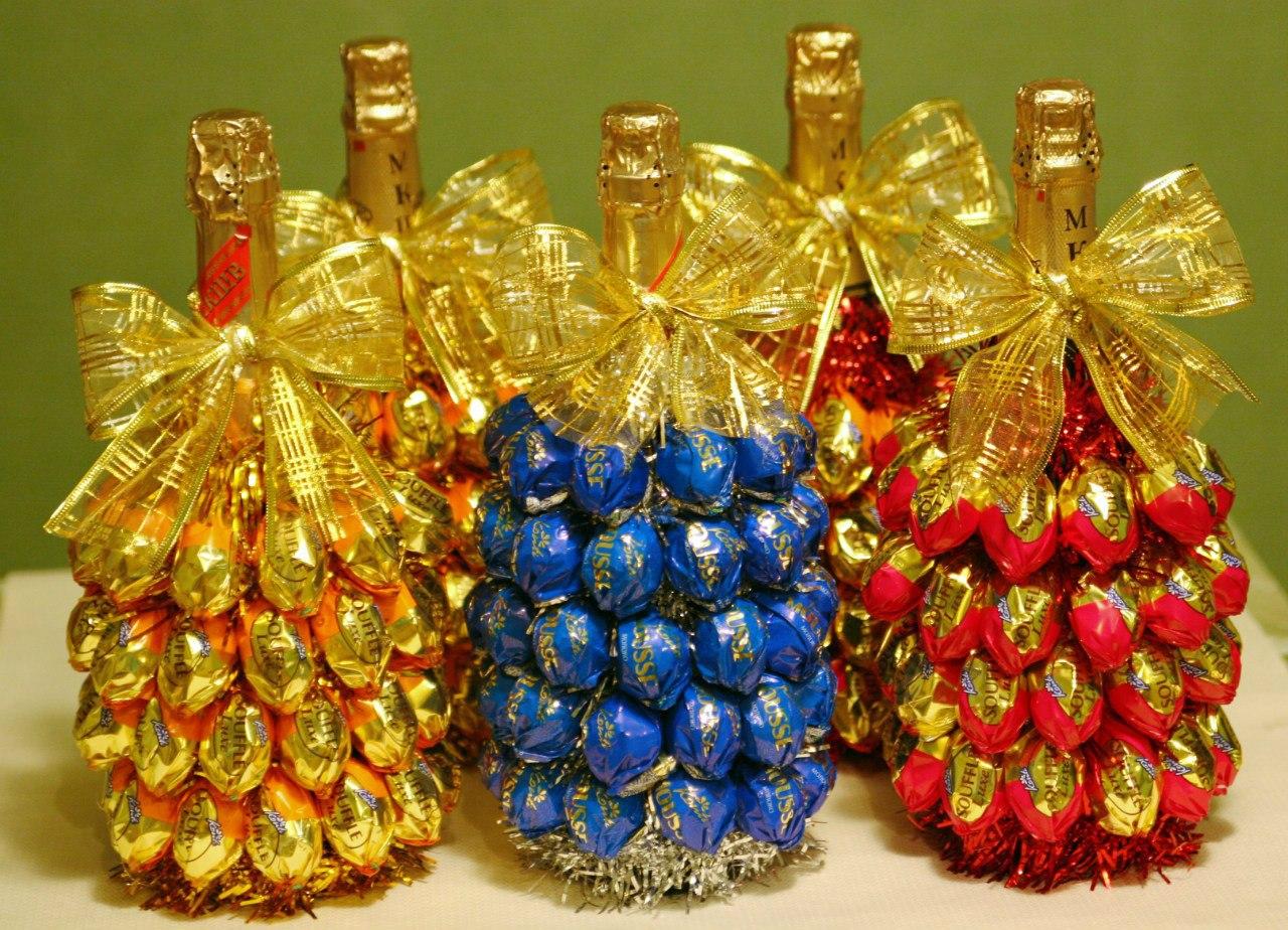 Оформление бутылки шампанского конфетами на новый год